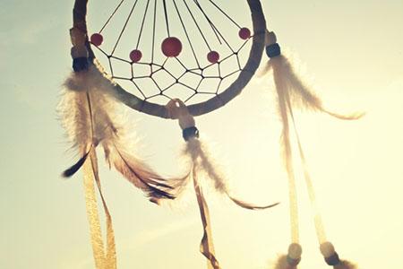Dromenvanger in de wind tijdens de yogavakantie