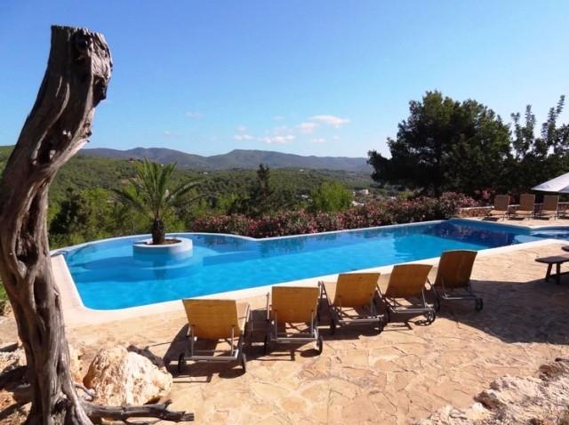 Yoga vakanties Ibiza zwembad en ligstoelen