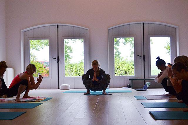 Yogaworkshop in yogazaal van locatie yogaweekenden aan zee